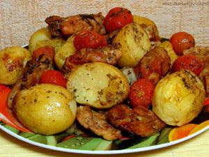 Курица с картофелем и помидорами