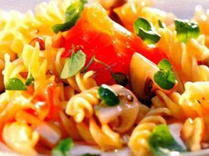Салат из макарон с сосисками