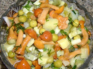 Салат из маринованных грибов с горошком