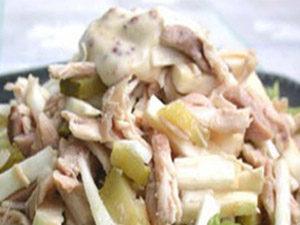 Салат с курицей и сметаной